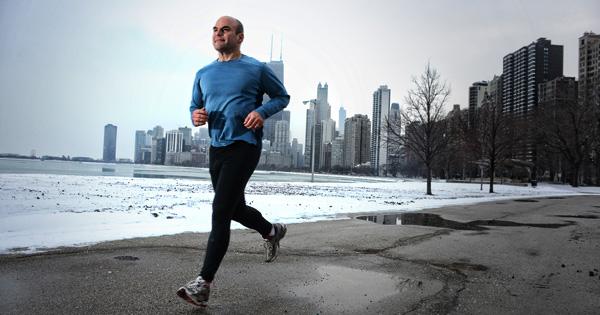 Homem a correr para prevenir varizes